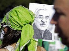 Demonstrantin hält Bild von Mir Hussein Mussawi; Foto: AP