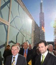 Imam Idriz zeigt Bayerns Landtagspräsident Glück die Moschee; Foto: dpa