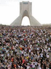 Demonstration von Mussawi-Anhängern auf dem Teheraner Azadi-Platz; Foto: AP