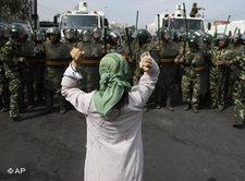 Uigurische Frau demonstriert auf den Straßen von Urumqi in der Provinz Xinjiang; Foto: AP