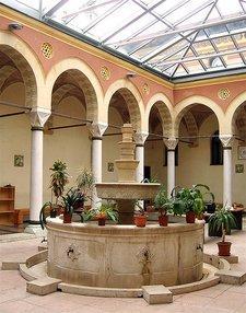 Innenhof der Islamisch-theologischen Fakultät in Sarajevo; Foto: Stefan Schreiner