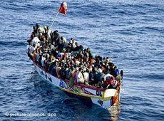 Afrikanische Bootsflüchtlinge vor Teneriffa; Foto: dpa