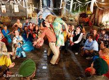 Orientalischer Tanz auf dem ostdeutschen Dorfplatz; Foto: Zorro Film/DW