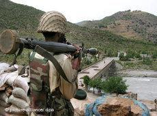 Pakistanisches Militär bei einer Operation gegen die Taliban im Swat-Tal; Foto: dpa