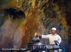 Zarathustrischer Priester im Feuertempel von Pir-e Sabz in Chak Chak; Foto: dpa