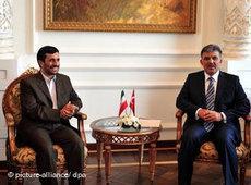 Ahmadinedschad zu Besuch in Istanbul mit Abdullah Gül; Foto: dpa