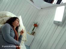 Frau bei einer Lichttherapie gegen Depressionen; Foto:dpa