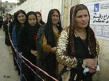Irakische Frauen vor einem Wahllokal, Januar 2005; Foto: AP