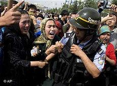Uigurin protestiert im westchinesischen Provinz Xinjiang; Foto: AP