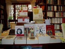 Buchtisch mit aktuellen Titeln in der jungen Kairoer Buchhandlung Al Kotob Khan; Foto: Axel von Ernst