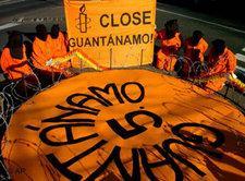 Amnesty International fordert auf Transparenten die Schließung von Guantanamo; Foto: AP