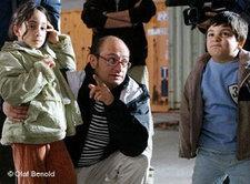 Regisseur Arash T. Riahi mit Kinderdarstellern während der Dreharbeiten; Foto: DW
