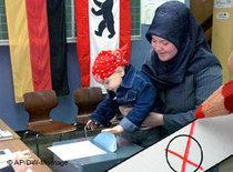 Muslimin beim Wählen; Foto: AP/DW