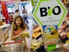 Kind im Supermarkt vor Bioware; Foto: dpa