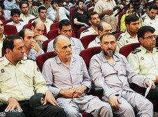 Mohammad-Ali Abtahi sitzt während seiner Anhörung vor Gericht (erste Reihe, zweite Person von rechts); Foto AP