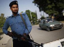 Pakistanischer Polizist vor einem Checkpoint in Islamabad; Foto: AP