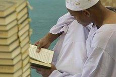 Mann liest den Koran; Foto: dpa
