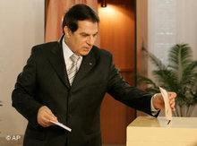 Ben Ali bei der Stimmabgabe; Foto: AP