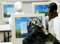 Deutsche Musliminnen arbeiten am PC; Foto: AP