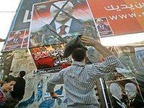 Palästinenser werfen mit Schuhen nach Poster von Abbas; foto: dpa