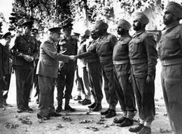 Winston Churchill trifft indische Offiziere; Foto: AP