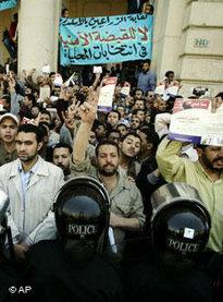 Anhänger der Muslimbrüderschaft demonstrieren in Alexandria; Foto: AP