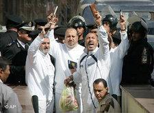 Mitglieder der Muslimbruderschaft in Ägypten vor einem Gerichtstermin; Foto: AP