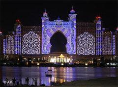Das Atlantis Resort in Dubai bei Nacht; Foto: AP