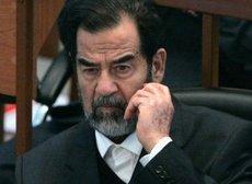Saddam Hussein während seines Prozesses; Foto: AP