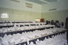 Ministerin Chnar Abdullah und Mitglieder ihrer Delegation vor 150 Leichensäcken im Al Sadr University Hospital; Foto: Birgit Svensson