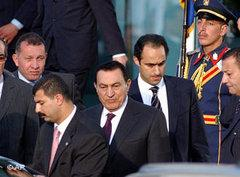 Hosni Mubarak (Mitte) und sein Sohn Gamal (rechts) in Sharm el-Sheik; Foto: AP