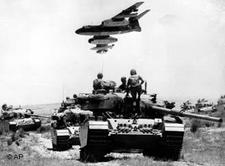 Vorstoß der israelischen Armee auf dem Sinai im Verlauf des Sechs-Tage-Krieges; Foto: AP