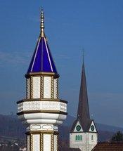 Kirchenturm und Minarett in der Schweiz; Foto: AP