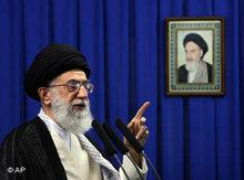 Ali Khamenei hält eine Rede vor einem Porträtbild Khomeinis; Foto: AP