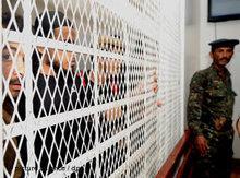 Jemenitische Mitglieder des Terror-Netzwerkes Al-Qaida sitzen in einem Gericht in Sanaa hinter Gittern; Foto: dpa