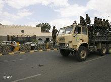 Jemenitische Soldaten vor der US-Botschaft in Sanaa; Foto: AP