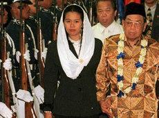 Indonesien ehemaliger Präsident Abdurrahman Wahid und seine Tochter Yenny Zannuba Wahid; Foto: AP