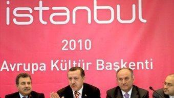 Der türkische Ministerpräsident Tayyip Erdogan (mitte) zusammen mit Istanbuls Gouverneur Guler (links) und Istanbuls Bürgermeister Topbas; Foto: dpa