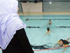 Muslime nehmen am Schwimmunterricht teil; Foto: AP