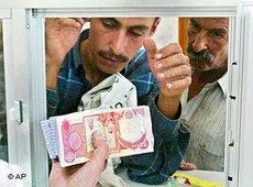 Überweisungen am Geldschalter; Foto: AP