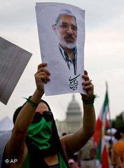 Iranerin hält Porträt von Mir Hossein Mussawi; Foto: AP