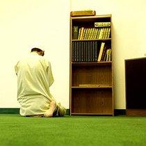Betender Imam in einer Moschee; Foto: dpa