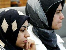 Kopftuch tragende Studentinnen; Foto: dpa