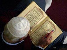 Muslim liest aus dem Koran; Foto: dpa