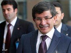 Ahmet Davutoğlu während eines NATO-Treffens in Brüssel; Foto: AP