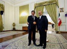 Der türkische Außenminister Davutoğlu und sein iranischer Amtskollege Mottaki in Teheran; Foto: AP
