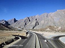 Autostraße zwischen Muskat und Nizwa; Foto: dpa