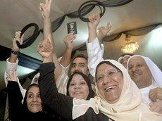 Eine der vier Vertreterinnen im Parlament, Massuma al-Mubarak (2.v.r), jubelt über den Einzug der Kandidatinnen ins Parlament ; Foto: dpa