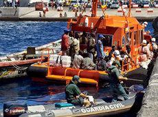 Flüchtlingsschiff mit afrikanischen Immigranten in Spanien; Foto: dpa