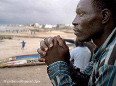 Senegalesischer Flüchtling nach seiner Rückkehr am Strand bei Dakar; Foto: dpa